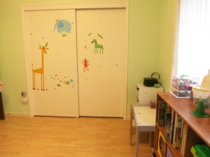 New room, angle 3 with closet doors